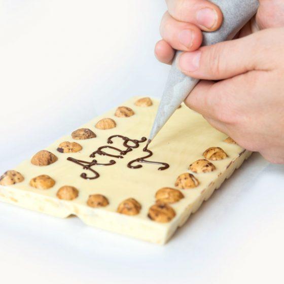 250 g bela čokolada z napisom