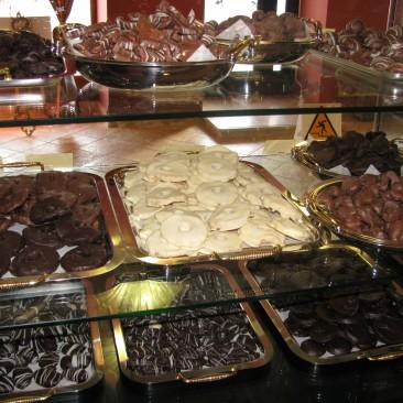 Čokoladnica Olimje, praline v vitrini