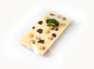 Bela čokolada z lešniki in brsnicami 100 g